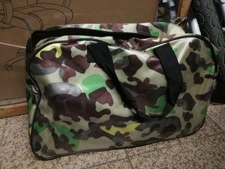 Viejo bolso de viaje diseño militar
