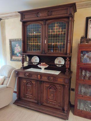 Mueble antiguo con vidriera