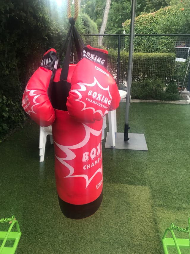 Saco de boxeo + guantes para niños