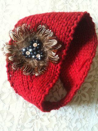 Diadema de lana con adorno