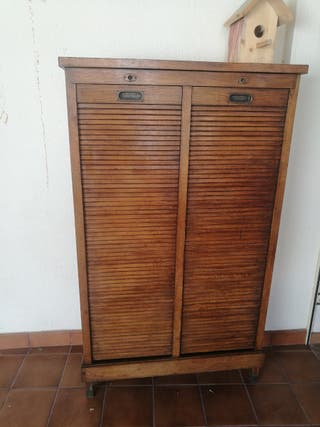 mueble antiguo con persiana
