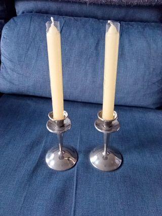 Par de candelabros plateados muy antiguos