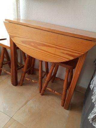 Mesa de madera con 4 butacas