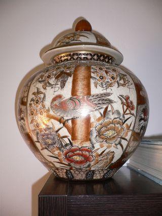 Jarrón de cerámica con color ocre y dorado