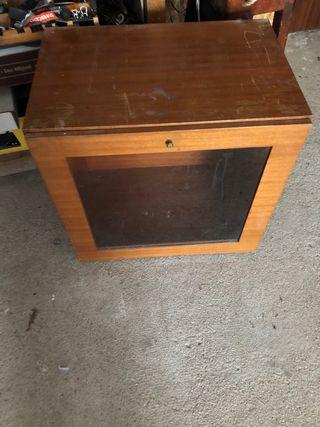 Mueble expositor de madera y cristal