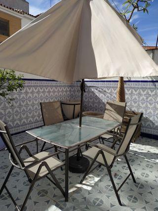meja de jardin con 4 sillas y parasol