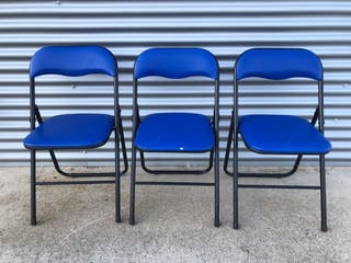 Tres sillas plegables.