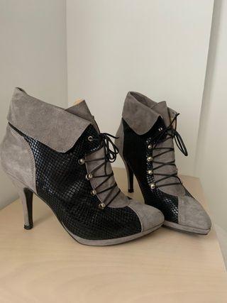 Botines tacón gris y negro con cordones
