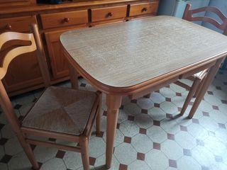 se vende mesa de madera con 2 sillas