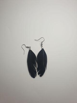 Pendientes de plumas negros