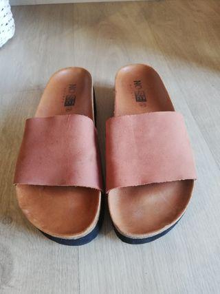 Sandalia zueco de piel marrón con plataforma.