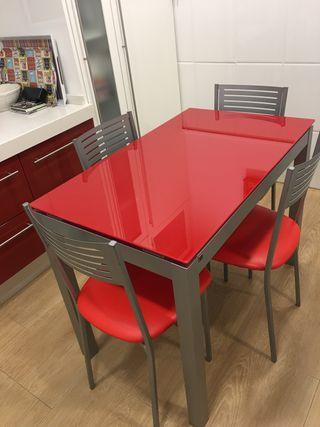 Mesa de cristal roja extensible y sillas a juego