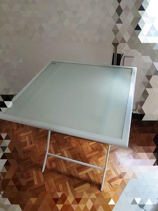 mesa y silla plegables.