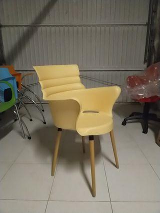 3 sillas 15€ plástico pata madera