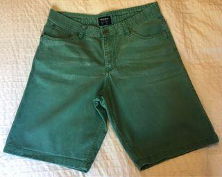 Pantalón vaquero corto verde Pull & Bear Talla 44