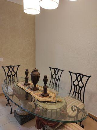 Conjunto mesa de diseño y sillas