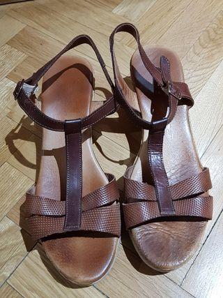 Sandalias piel marrón