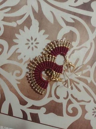 Pendientes rojos y dorados artesanales