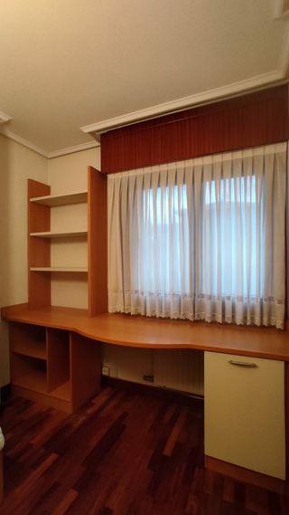 Dormitorio de madera juvenil