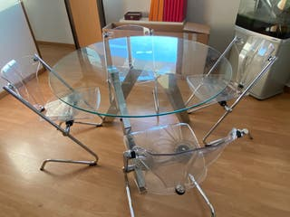 Mesa de cristal y 4 sillas de conjunto .