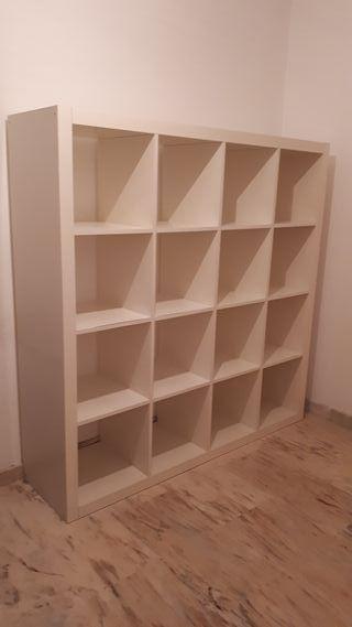 estantería/librería blanca de hogar o despacho