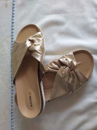 Sandalias planas doradas