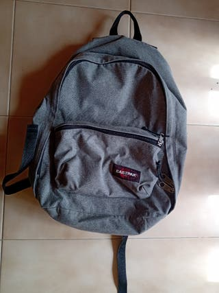 Mochilla eastpak color gris.