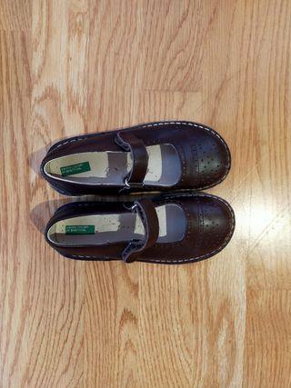 Zapato mercedita número 28 en color marrón.