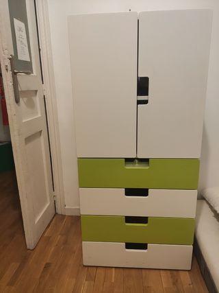Armario blanco y verde con cajones