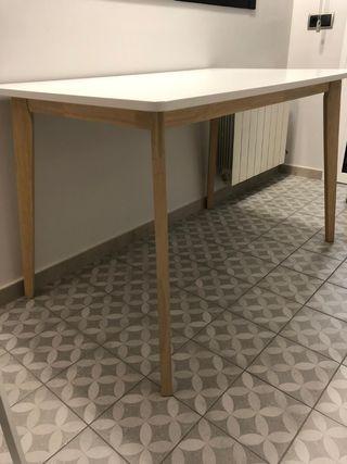 Mesa de comedor o cocina estilo nórdico.