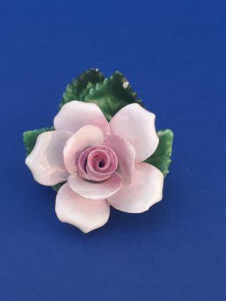 Antigua flor porcelana inglesa. Staffordshire.