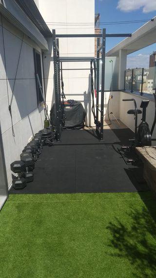 Rack de gym, mancuernas, discos y cuerda