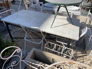Mesa de hierro con tapa de mármol