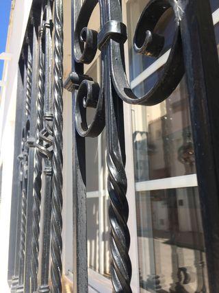 Puerta , reja y ventana de doble acristalamiento