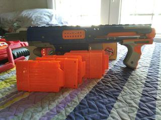 pistolas Nerf + una pistola con sonido de regalo