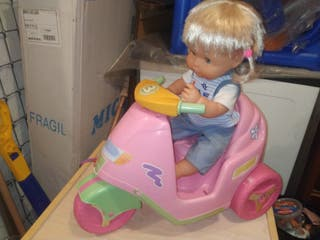 Muñeca de juguete con moto