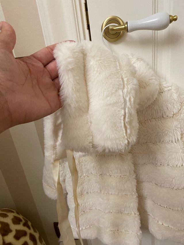 Abrigo de pelo con capota talla 18 meses
