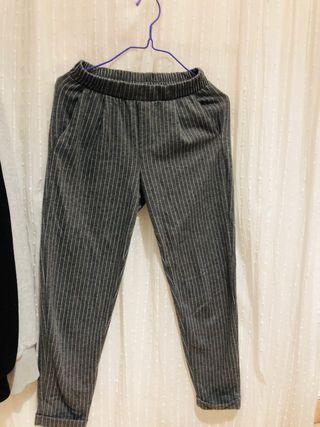 Pantalón elástico gris.
