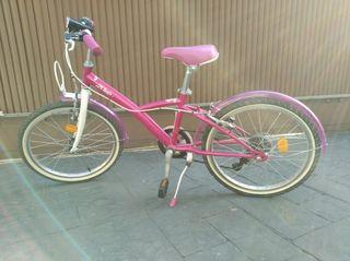 Bicicleta rosa con una rueda pinchada fácil arreg