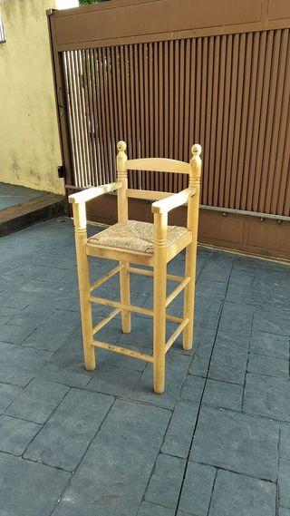 Silla de madera para estar más alta en la mesa