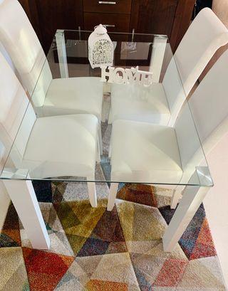 Mesa comedor con 4 sillas blancas