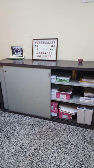 un armario metálico y dos ficheros metálicos
