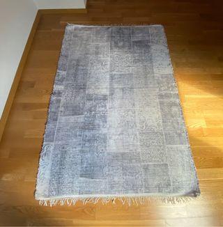 Alfombra gris y blanca de Zara Home 210x150cm