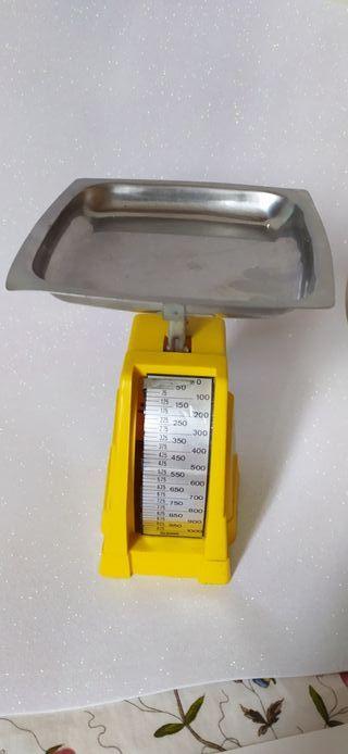 Bascula antigua mecánica de cocina. 9 cm de alto.