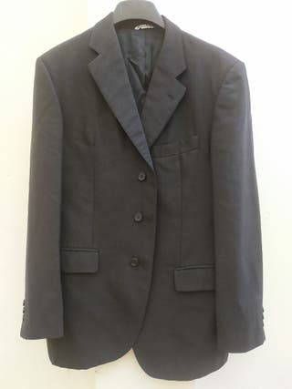 chaqueta gris oscuro