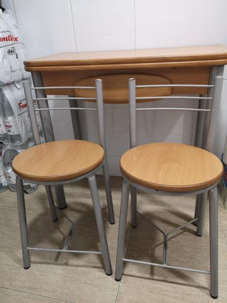 Mesa de cocina con sillas.