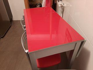 Mesa de cocina con dos taburetes.