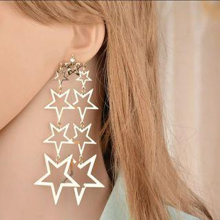 pendientes largos dorados de estrellas dobles