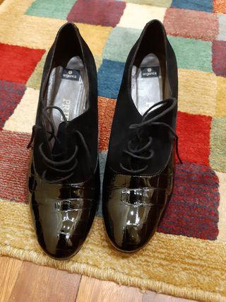 Zapatos de ante y charol