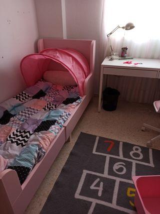Cama rosa extensible Ikea con accesorios.